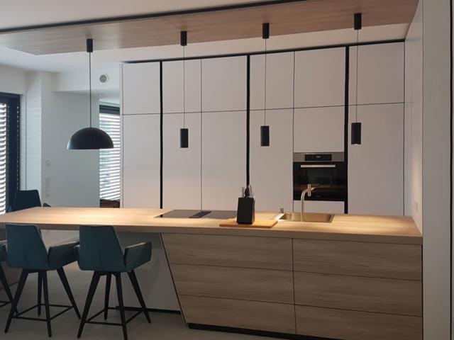 Moderne Küchentheke aus Massivholz.