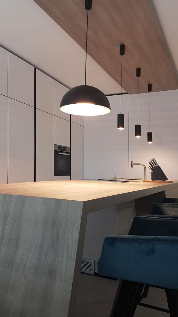 Individuelle Küchenzeile und Theke aus Massivholz.