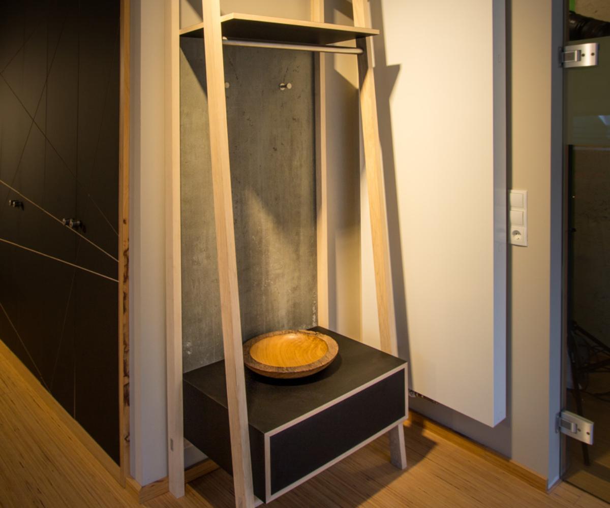 Garderobe_die-tischlertekten_showroom_holz_metall_kombination_westerwald