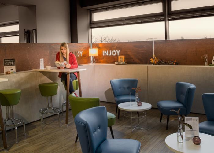 Lounge_injoy_die-tischlertekten_ladenbau_westerwald_fitnesscenter