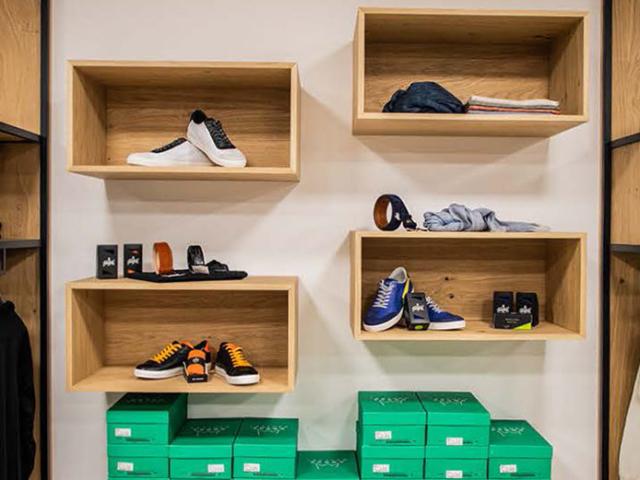 Ladenbau aus Massivholz für Modegeschäft