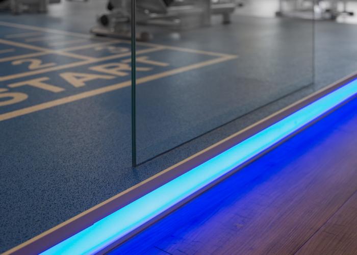 Podest_injoy_die-tischlertekten_fitnesscenter_glas_holz_licht_westerwald_ladenbau
