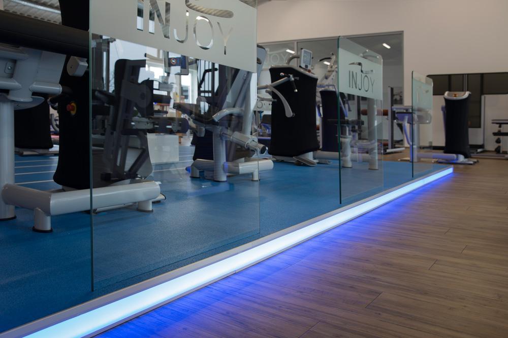 fitnesscenter_podest_holz_licht_sport_ladenbau_objektbau_tischlertekten_westerwald