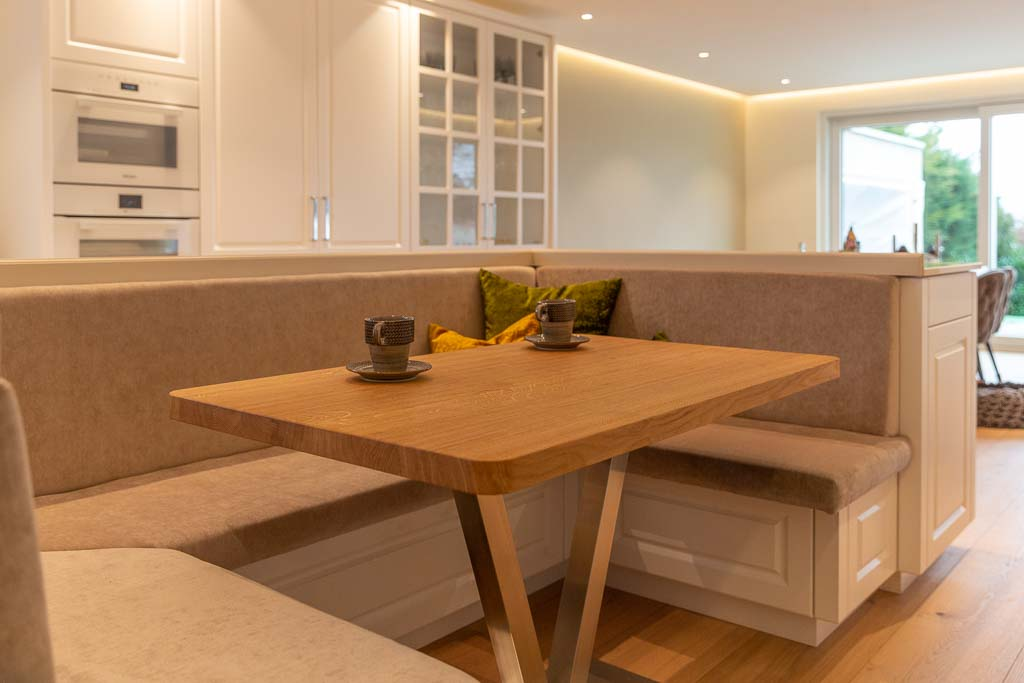 Integrierte Sitzecke aus Holz.