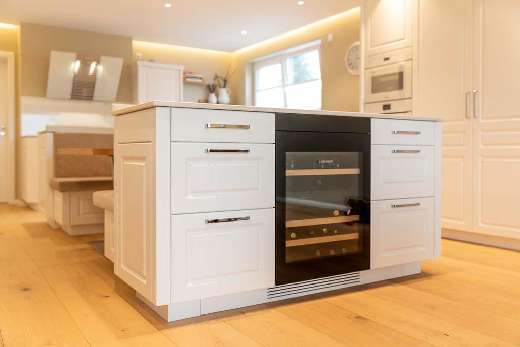 Küchenblock aus Holz mit weißer Front.