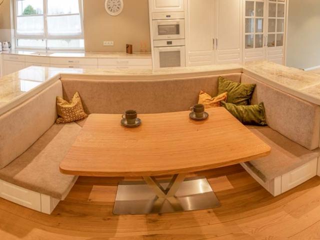 Gemütliche Sitzecke in den Küchenblock integriert.