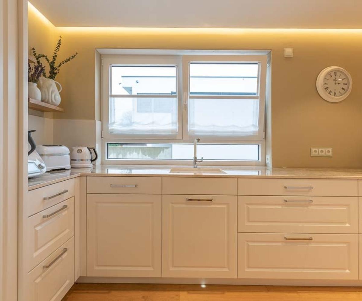 Weiße Küchenfront in der individuell geschreinerten Küche.