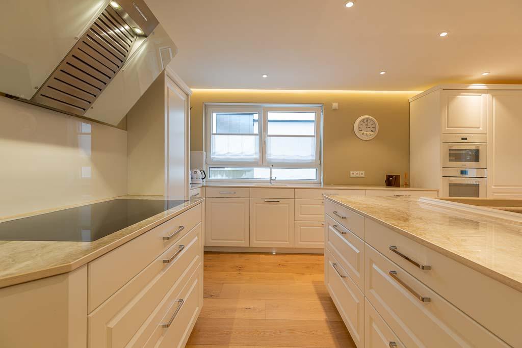 Moderne Küche mit weißer Front individuell gefertigt.