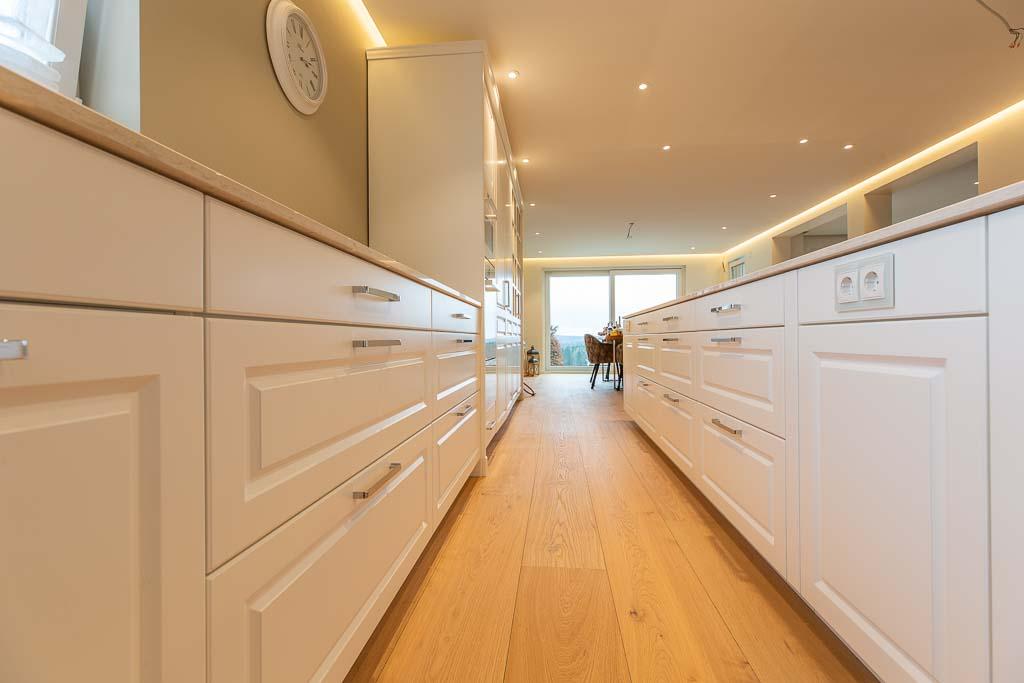 Küche aus Holz in weiß