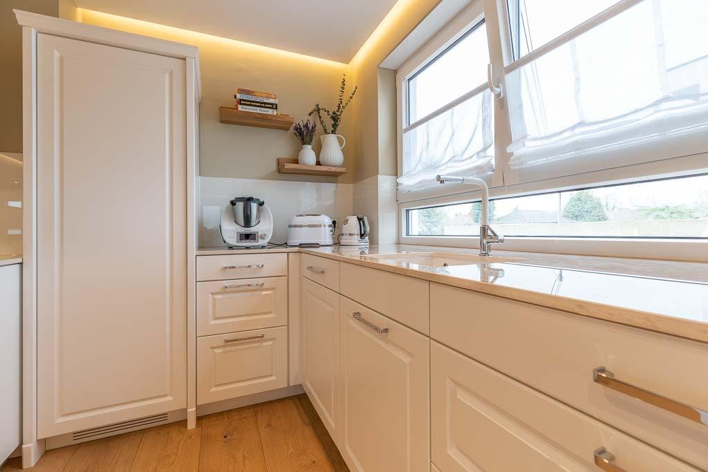 Küche mit weißer Front aus Holz