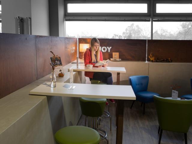 lounge_ecke_trennwand_beton-like_holz_metall_mix_gemuetlich_relax_entspannung_kaffee_tischlertekten_schreinerei