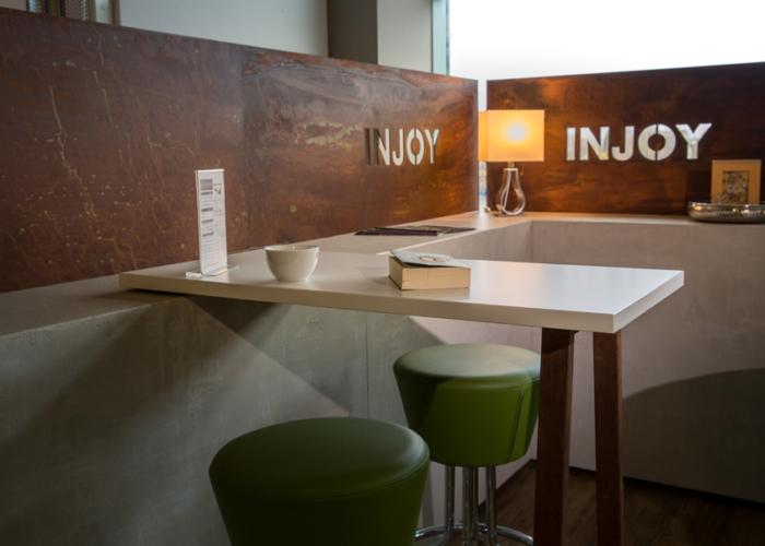lounge_injoy_die-tischlertekten_westerwald_betonlike_spachtel_holz_wand_trennwand_metall