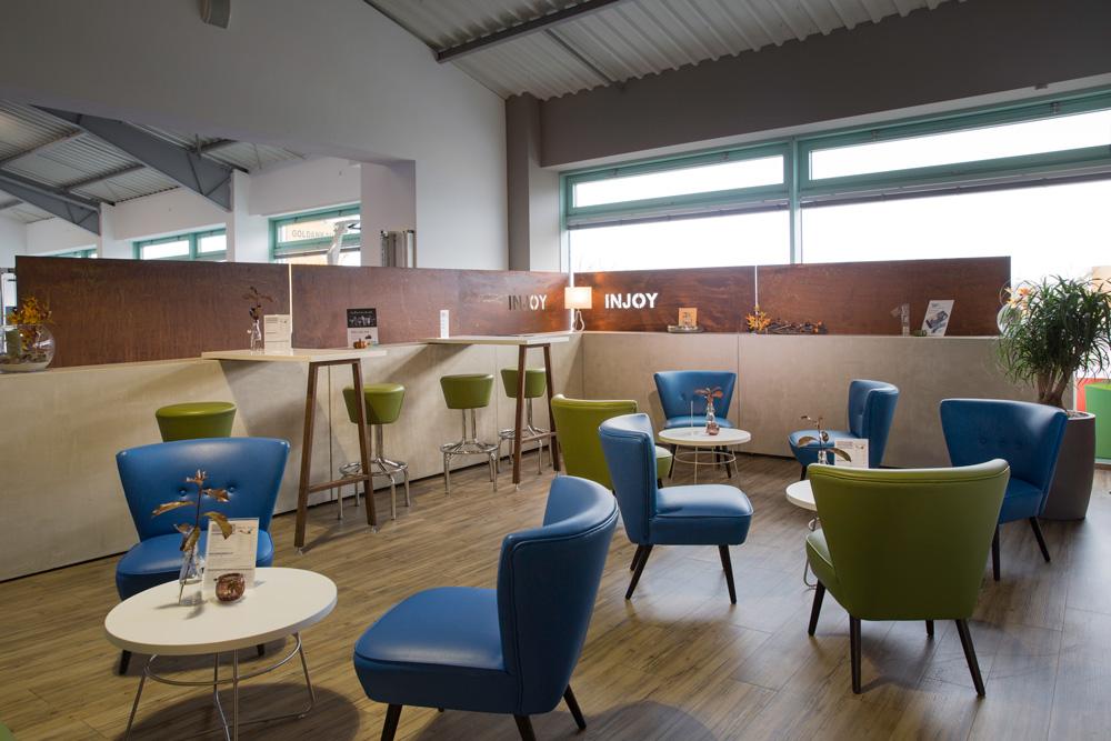 lounge_kaffee_sitzecke_trennwand_holz_beton_metall_modern_tischlertekten_schreinerei_westerwald