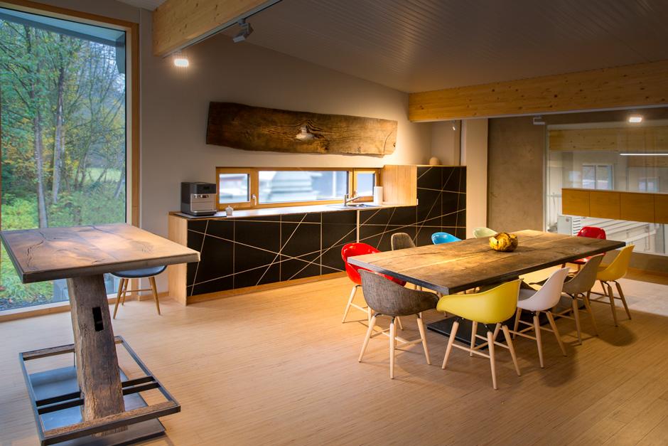 Showroom, Esstisch, Massivholztisch, Küchenzeile, Einbauküche, Aufenthaltsraum, tischlertekten, schreinerei, westerwald, kausen