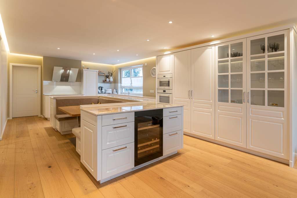 Küche aus Holz in weiß individuell gefertigt von den Tischlertekten.